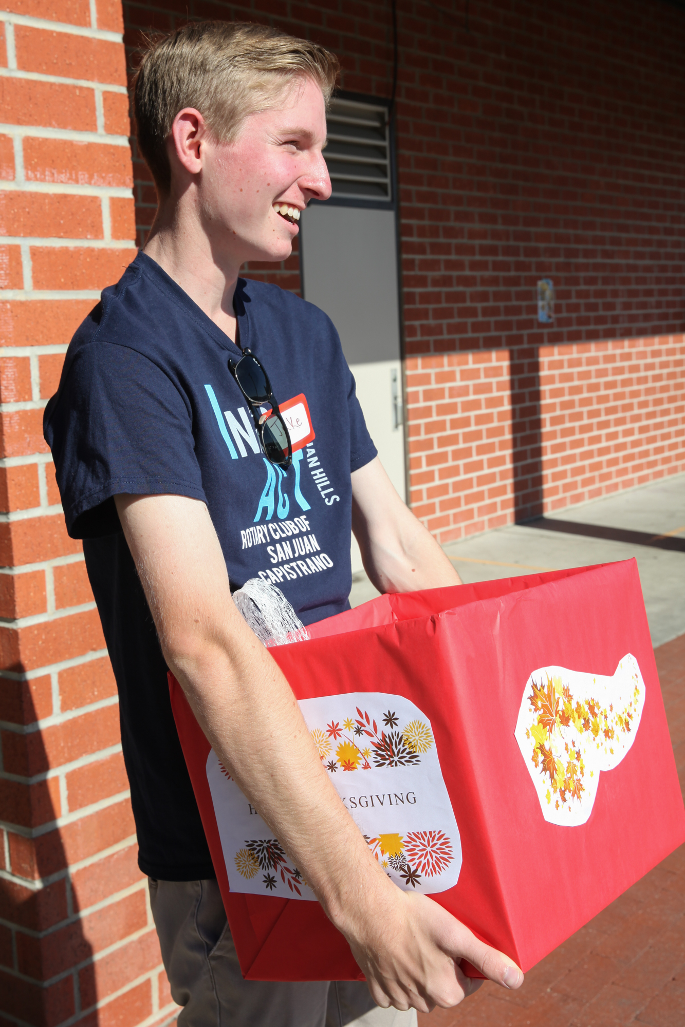 Jake Herron, 17, of San Juan Hills High School, carries a meal donation out to a family's car during the Rotary Club's event on Nov. 18. Photo: Allison Jarrell