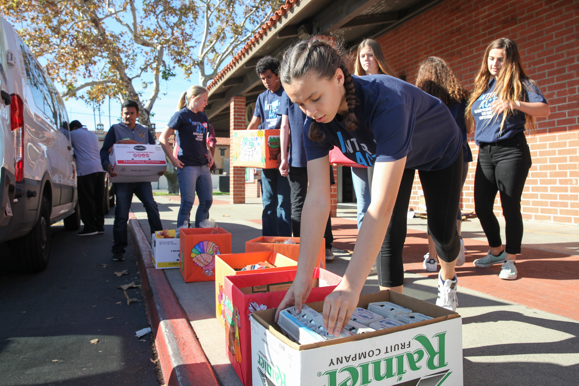 The SJC Rotary Club and student volunteers met at San Juan Capistrano Elementary School on Nov. 18 to distribute Thanksgiving meal donations to local families in need. Photo: Allison Jarrell